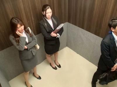 一般男女ドキュメントAV 強気な巨乳女上司たちと灼熱のエレベーターの中に閉じ込められて…熱気ムンムン、極限状態の汗だく逆3Pで痴女られ続けて、何度も中出し要求された僕